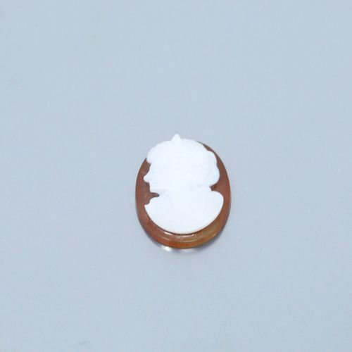 Camée sur agate représentant le profil d'une femme à l'antique.  Dim. : 2.5 cm