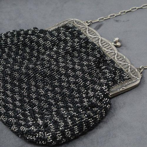 Sac à main en perles noires et grises et monture en argent.  Travail XIXe.  Poid…