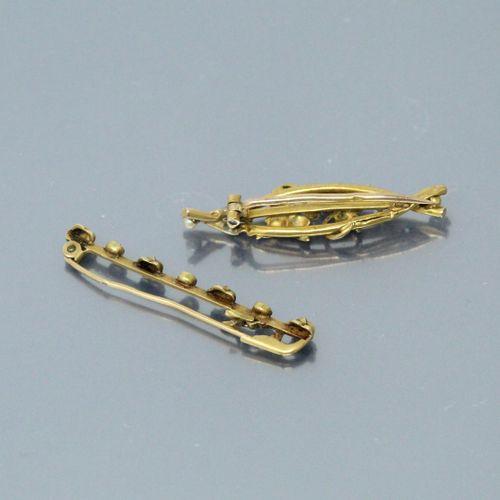 Deux broches accidentées en or jaune 18k (750) rehaussées de petites perles baro…