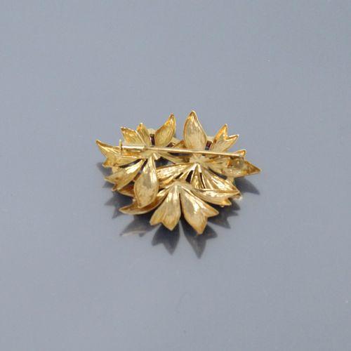 Broche en or 18K (750) à motif de feuillage incrusté de pierres synthétiques ros…