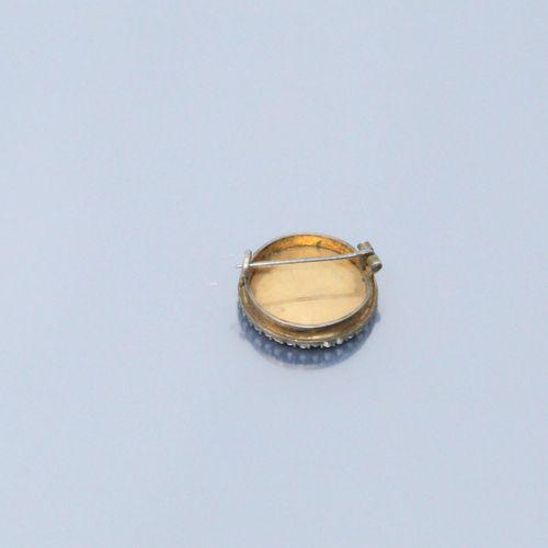 Broche ronde en vermeil (sanglier), une miniature peinte figurant une dame de qu…