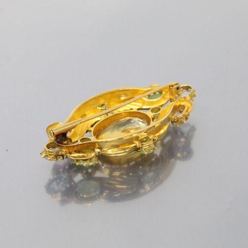 Broche volute en or jaune 18k (750) retenant en son centre une importante citrin…
