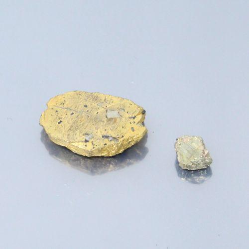 Une pyrite brut sur papier.  Poids : 57.8 g.