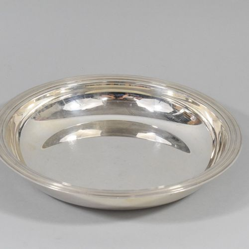 Plat rond en métal argenté  Par CHRISTOFLE France.  Diam. : 27 cm.