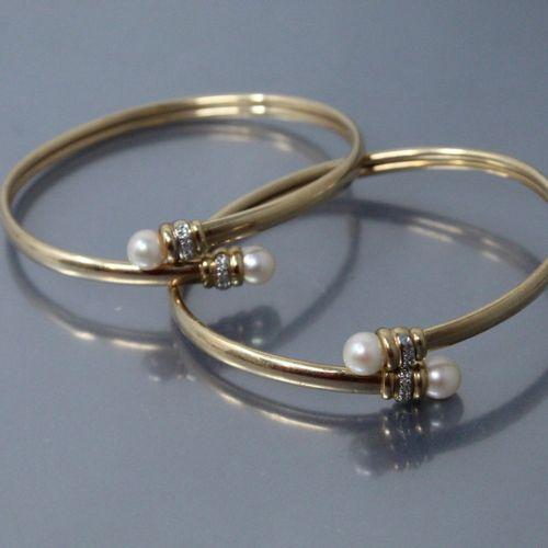 Lot de deux bracelets rigides en or jaune 14k (585) ornés chacun de deux perles …