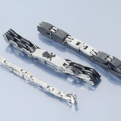 Lot de trois bracelets d'homme en métal  Tour de poignet : 18, 21 et 22 cm.