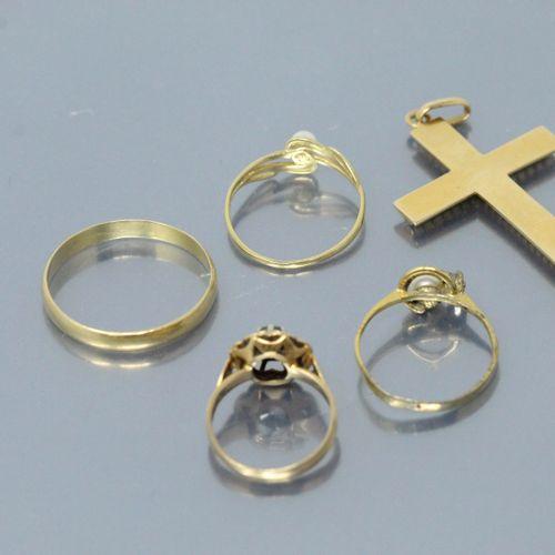 Lot de petits bijoux en or jaune 18K (750) comprenant une croix montée en penden…