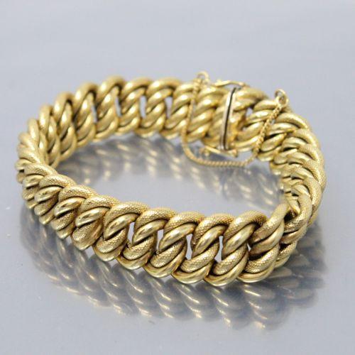Bracelet en or jaune 18K (750) maille américaine amatie.  Chainette de sécurité.…