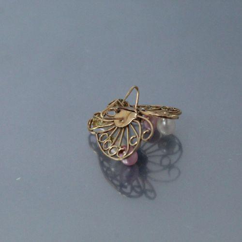 Broche filigranée stylisant un papillon en or jaune 14k (585), les ailes ornées …