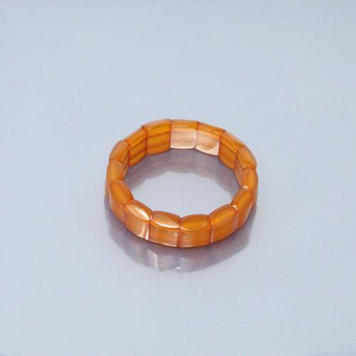 Bracelet élastique formé de morceaux d'ambre percés.  Poids brut : 15.34 g.