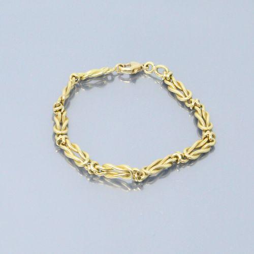 Bracelet en or jaune 18k (750) à maille formée de nœuds plats.  Poinçon tête de …