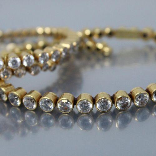 Deux bracelet en or jaune 18k (750) et acier ornés de cristaux blancs.  Signés D…