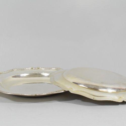Paire d'assiettes en argent polylobées à décor d'une frise géométrique.  Orfèvre…