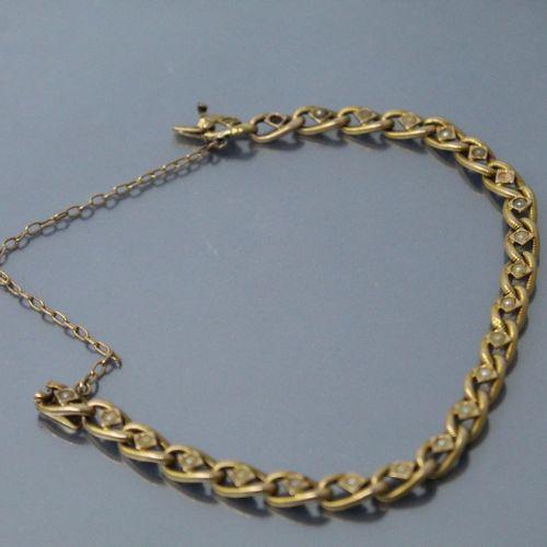 Bracelet en or jaune 18k (750) à maille cannelée ornée de petites perles (manque…