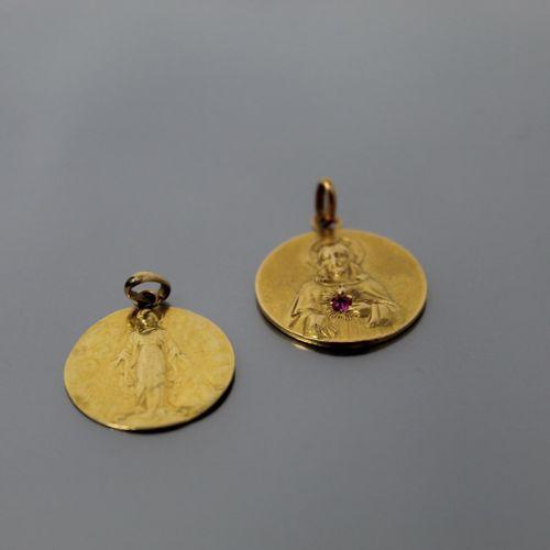 Lot de deux médailles religieuses en or jaune 18k (750) l'une figurant le Christ…