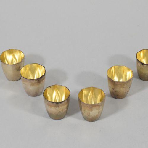 Six verres à liqueur à pans coupés en argent (Minerve).  Poids : 149 g Ht. : 3.9…