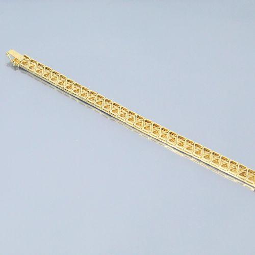 Bracelet articulé en or jaune 18k (750) orné de saphirs calibrés et de diamants.…