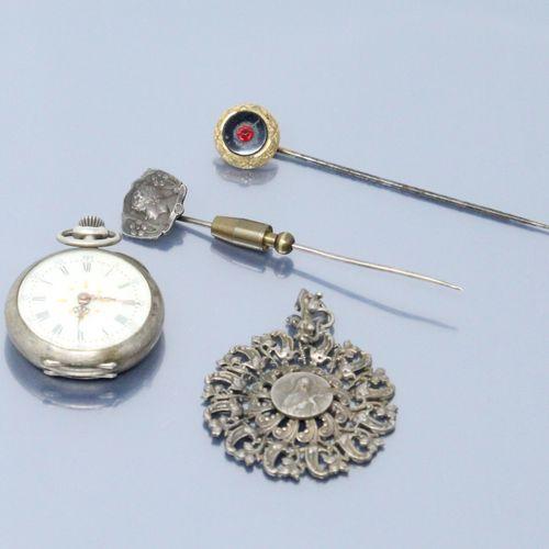 Lot comprenant :   Deux épingles à cravate en métal, l'une ornée d'une pierre ro…