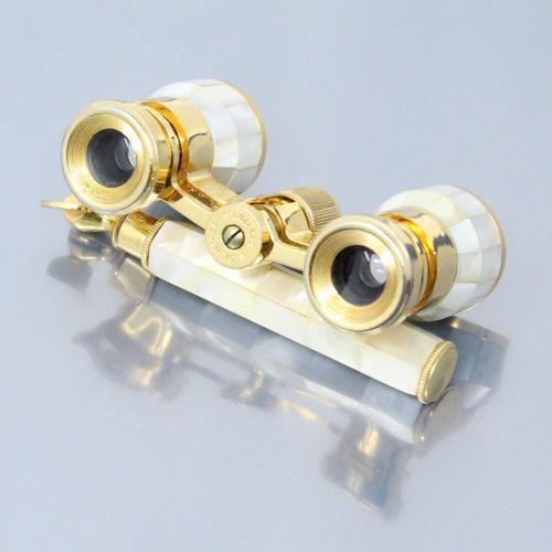 Paire de jumelle de théâtre en métal doré et nacre.  Dans un étui doré