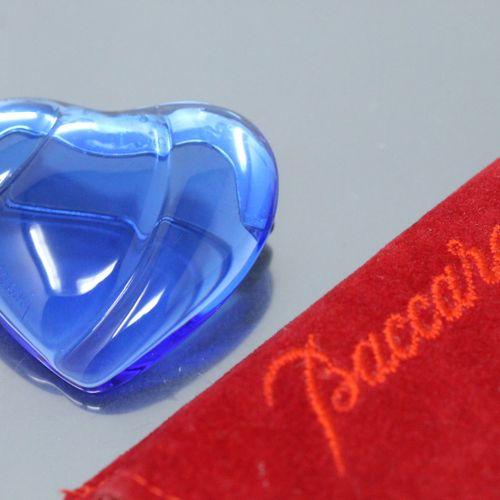 BACCARAT  Broche coeur en cristal bleu.  Dans sa pochette rouge en velour de la …