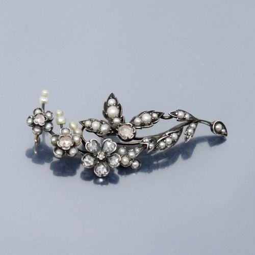 Elément de broche en argent stylisant une branche ornée de diamants en roses et …