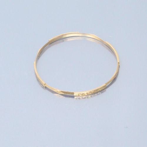 Bracelet rigide en or jaune 18k (750) à décor de frise.  Poids : 12.8 g.