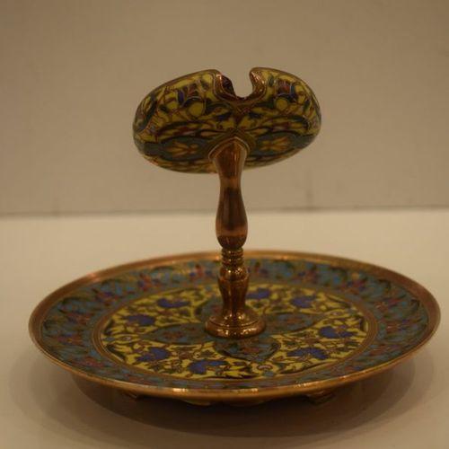 Porte montre en bronze reposant sur un disque richement décoré d'émaux cloisonné…