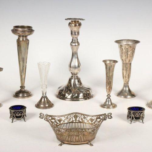 Panier à bonbons, paire de salières de style Louis XVI, chandeliers de style Lou…