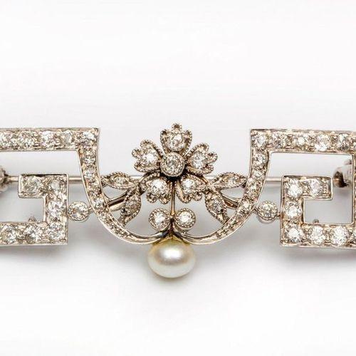 Platinum and 14krt. White gold brooch, Belle Epoque, with meander motif, set wit…