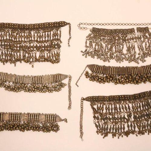 Moyen Orient, Yémen, cinq colliers de mariée, avec des perles carrées et des amu…