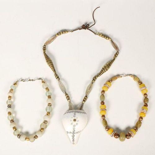 Inde, trois colliers de perles, e.A. Avec amulette en coquille polie et perles d…