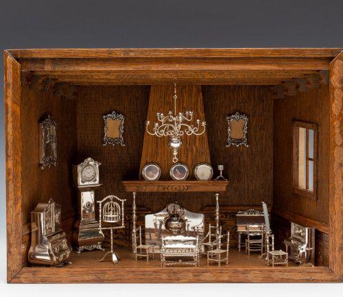 Collectie miniaturen met hangvitrine in vorm van woonkamer met schouw, 20e eeuw,…