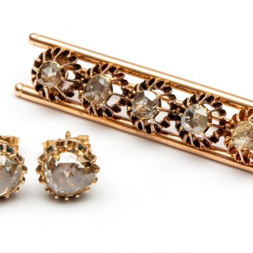 Paar 14krt. Gouden oorstekers en een roségouden staafbroche, 19e eeuw. Earstuds …