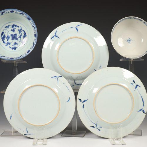 China, een set van drie blauw wit porseleinen borden, Qianlong en twee blauw wit…