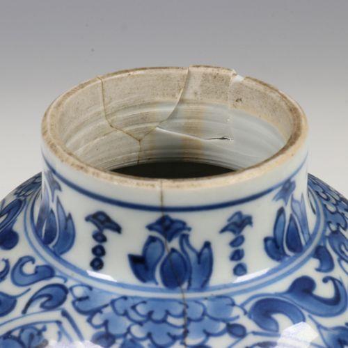 China, een set van zes blauw wit porseleinen borden, Qianlong, with decoration o…
