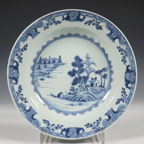 China, een set van dertien blauw wit porseleinen diepe borden, Qianlong, decorat…