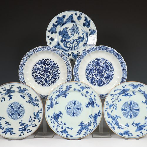 China, een collectie blauw wit porseleinen borden, 18e eeuw, consisting of a set…