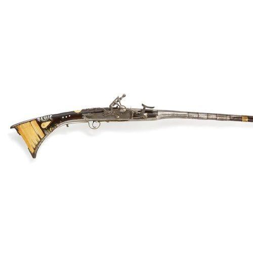 """""""MUKAHLA"""" Fusil à silex marocain à crosse ornée d'os, les bois et le pontet déco…"""