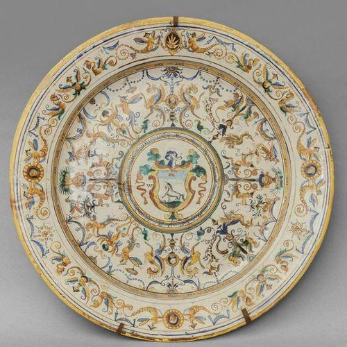 OGGETTISTICA Large plate in polychrome majolica decorated with raffaellesche wit…