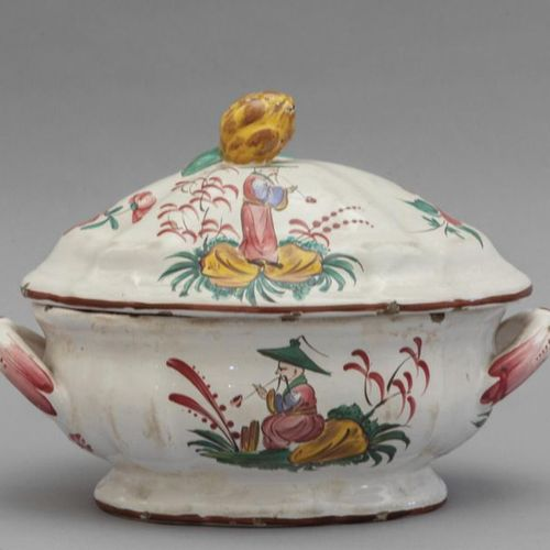 OGGETTISTICA Small soup tureen decorated in polychrome with chinoisines on a whi…