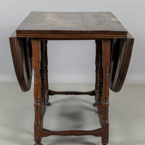 TAVOLO Tavolo a bandelle in noce a rocchetto sec.XVIII/XIX cm. 165x109 h. 81