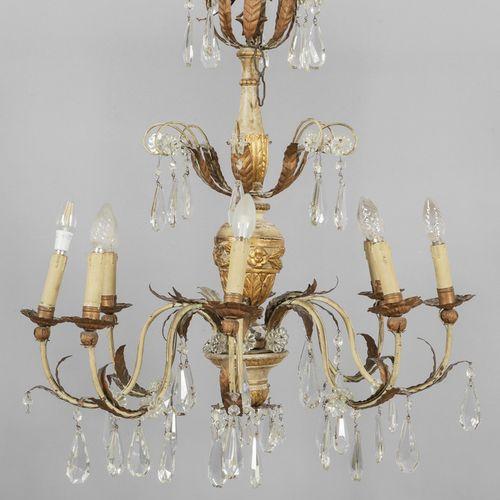 OGGETTISTICA Lampadario a otto luci con fusto in legno intagliato dorato e lacca…