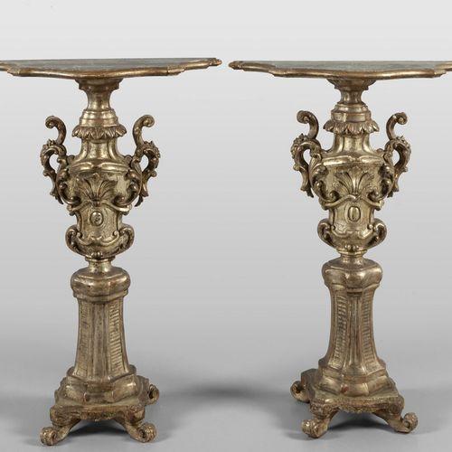 OGGETTISTICA Coppia di gueridons formati da vasi Luigi XIV in legno intagliato e…