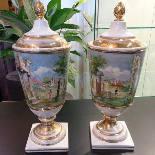 OGGETTISTICA Coppia di vasi con coperchio in porcellana bianca ed oro decorati c…