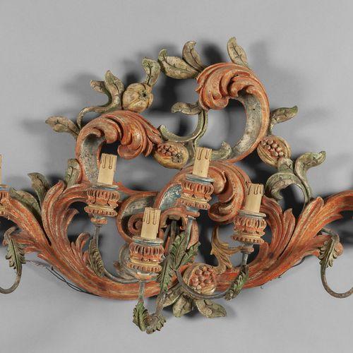 OGGETTISTICA Grandes apliques à six lumières en bois laqué polychrome et sculpté…