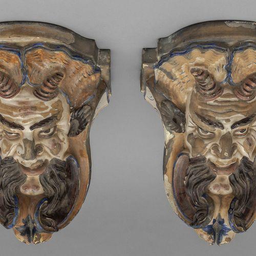 OGGETTISTICA Paire de grandes étagères en céramique décorées de masques polychro…