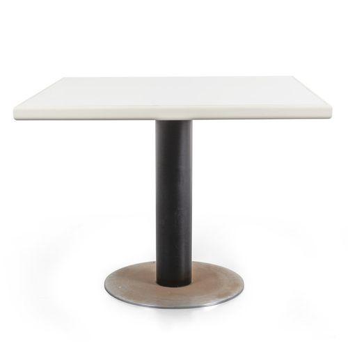 TAVOLO Une table en bois et Formica des années 70 (cm.90x90xh.70) et huit chaise…