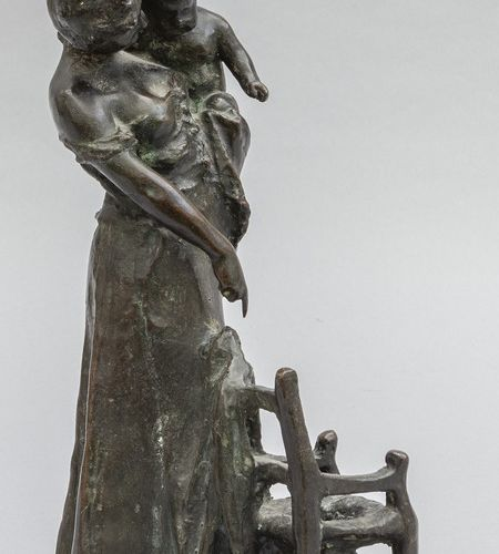 OGGETTISTICA Mère prévoyante sculpture en bronze à patine foncée 20ème siècle h.…
