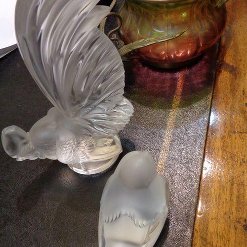 OGGETTISTICA Vase en verre opalescent monté en métal doré un coq et un oiseau en…