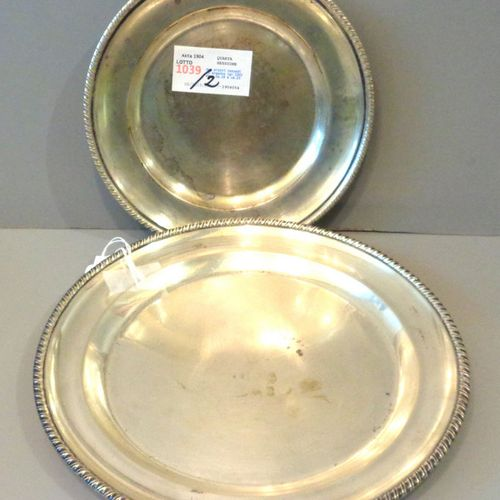 OGGETTISTICA Deux assiettes rondes en argent (gr.520) diam.Cm.19 et cm.25